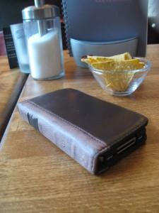 geschlossenes BookBook for iPhone auf dem Tisch