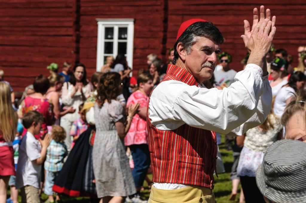 gemeinsamer Tanz beim Mittsommer-Fest | Schweden | 2012 | Fotograf: Ralf Wiechers