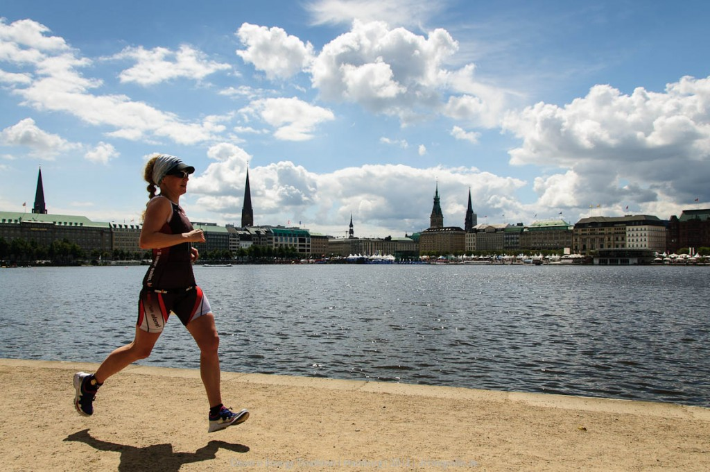 Triathletin beim Lauf um die Hamburg Alster | Dextro Energy Triathlon Hamburg | 2012