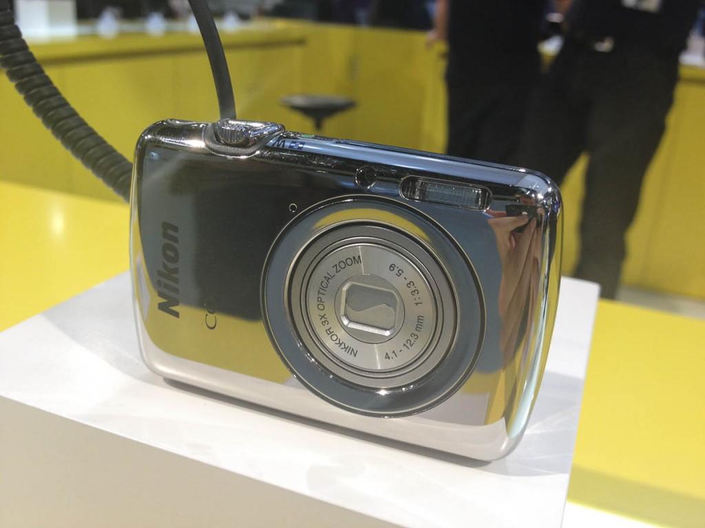 Nikon COOLPIX S01 auf der Photokina 2012 | Foto: Ralf Wiechers