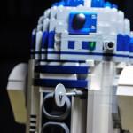 Lego R2D2 mit aus geklapptem Sägewerkzeug