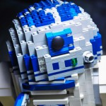 Lego R2D2 mit aus geklapptem Sprühwerkzeug