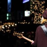 Die Lichter glitzern festlich und die Musiker rocken das Publikum