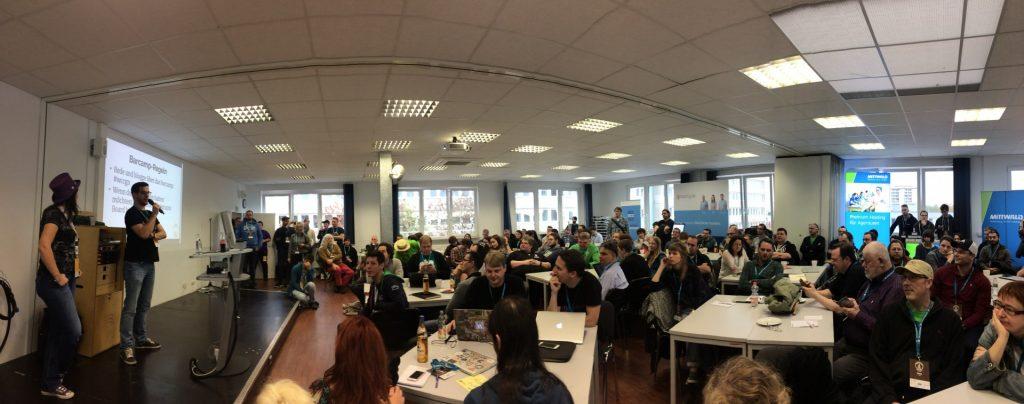 Panorama der versammelten Teilnehmer bei der Eröffnung des WordCamps