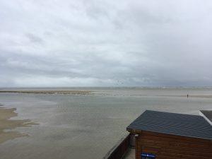 Die Flut überspült den Strand in Sankt Peter-Ording